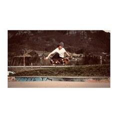 - Les beaux jours arrivent et les skaters sont de retours.  Ici notre poulain, Louis Chaussin qui vient d'intégrer la Team chamonix. - @_lutsho_  @teamchamonix  photo @alexis_vernis  @denis_chaussin  @optique_chaussin